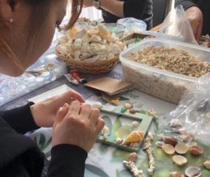 貝やサンゴのフォトフレーム作り